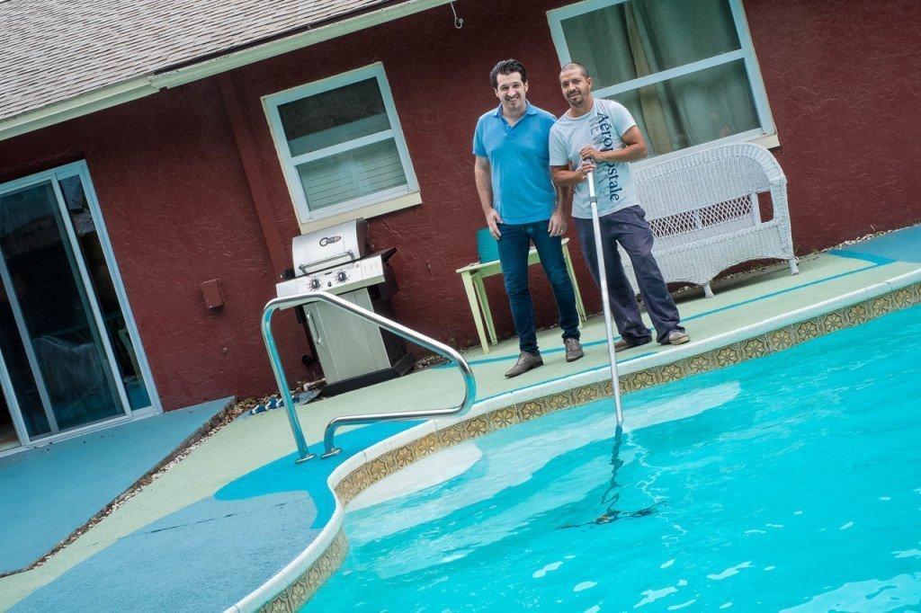 Foto con addetto alla piscina